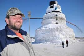 世界上最大最高的雪人,老汉堆出16米高雪人(图)