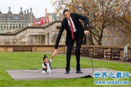 世界上最矮的人怎么可以这么矮,就连小猫小狗都会欺